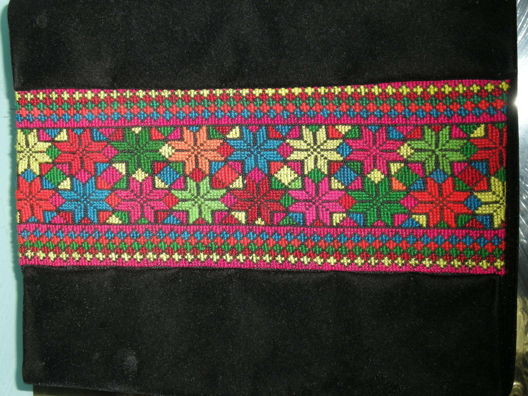 在众多的彝族刺绣作品中